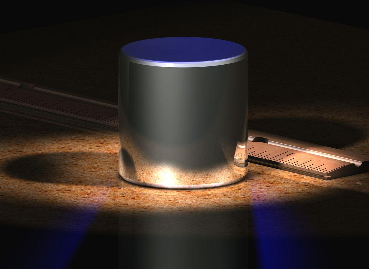 上圖為國際公斤原器的電腦圖像,國際公斤原器不再是1公斤。旁邊是一把以英寸為單位的間尺。