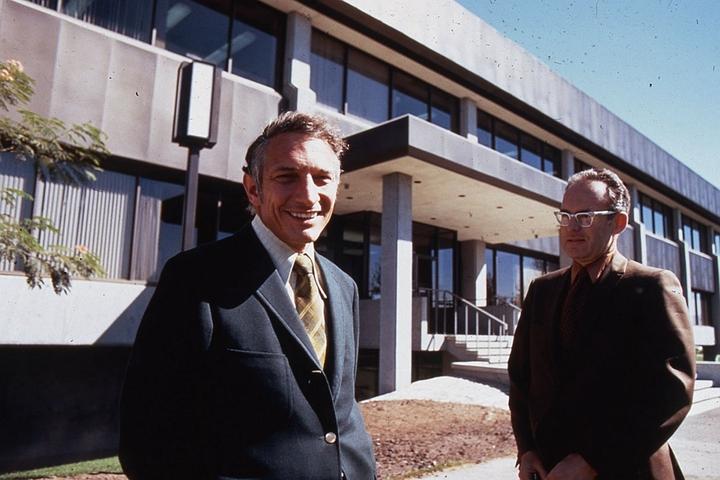 英特爾創始人勞勃.諾伊斯(左)聯合其它矽谷企�成立了SIA,目標是應對日本半導體企�的競�。圖片來源