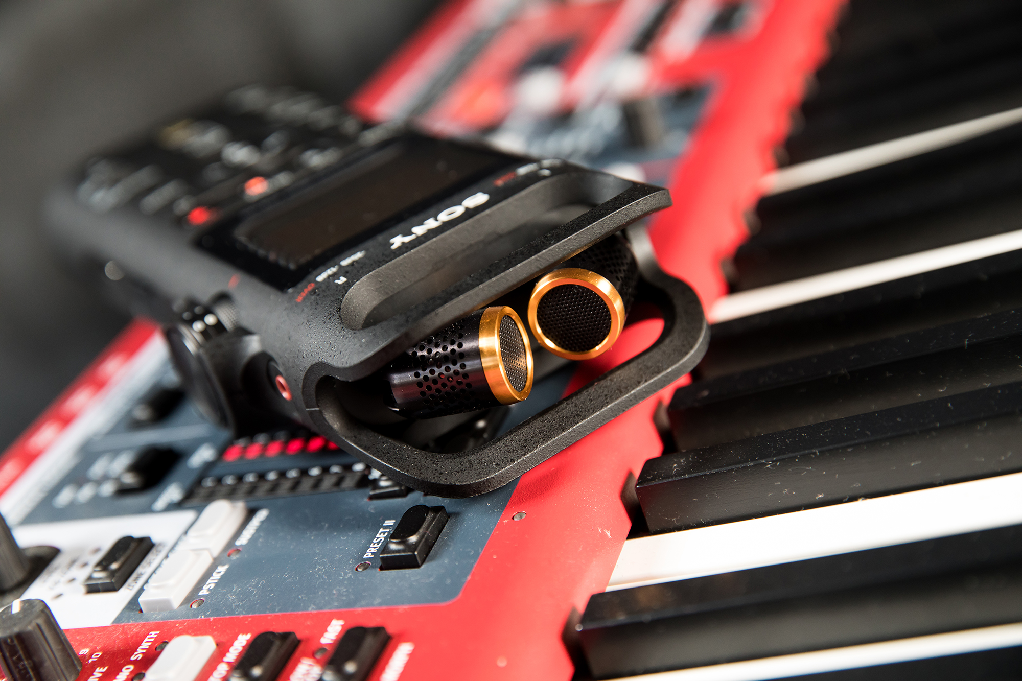 PCM-D10所�載的高感度可調式三向式內建麥克風,為音樂工作者提供了絕佳的錄製彈性。