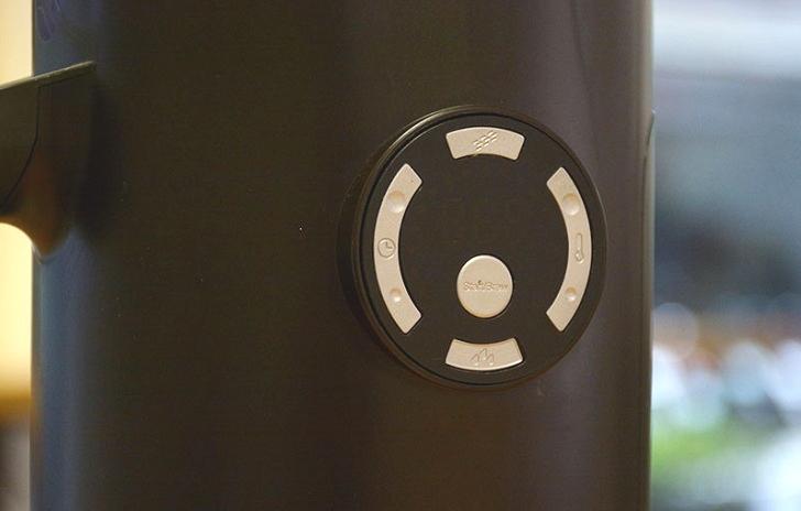 主機上�有實體按鍵,用來調整溫度、時間、打開上蓋、開始沖泡…��定。而為了讓每種茶葉都能有手沖的風味與香氣,沖泡水溫從 55 度到 100 度、沖泡時間從 180 秒到 420 秒都可自由調整。