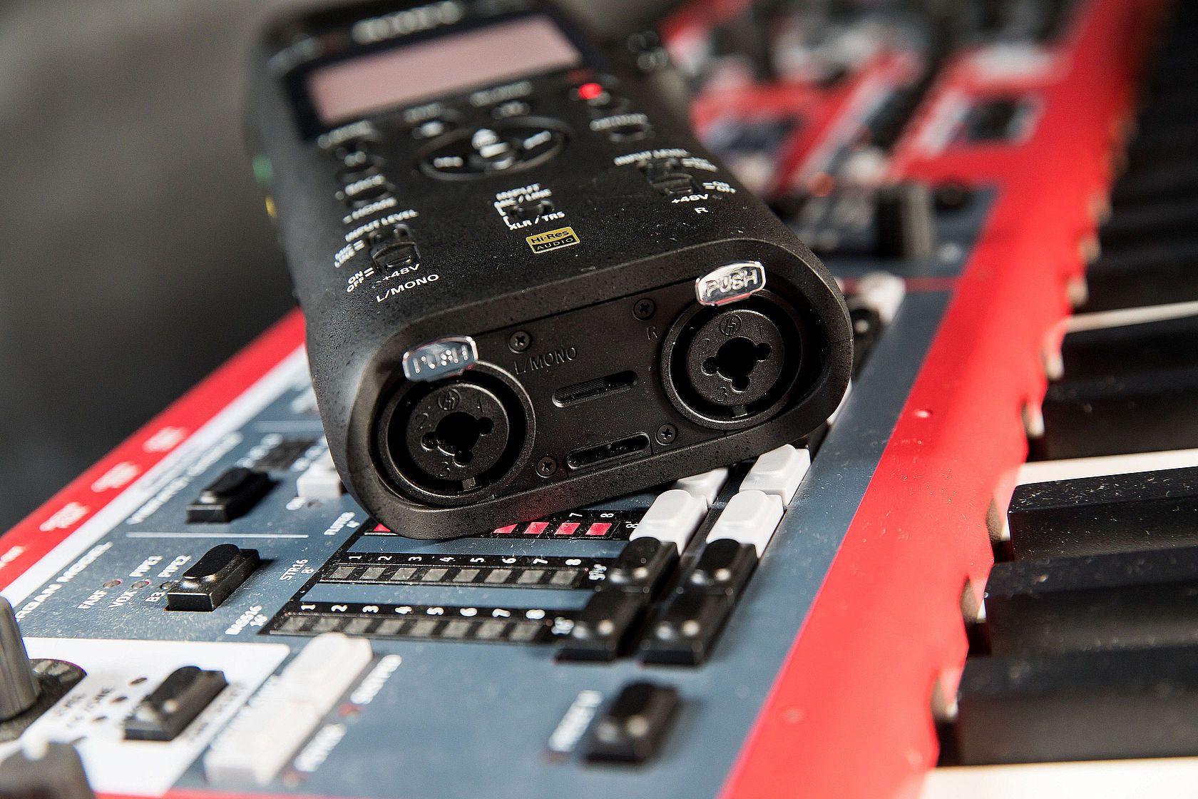 PCM-D10 因支援 48V 幻象電源,可外接各種動圈式與電容式麥克風,連耳機也能隨插即用,讓音樂人可以即時掌握錄音品質。