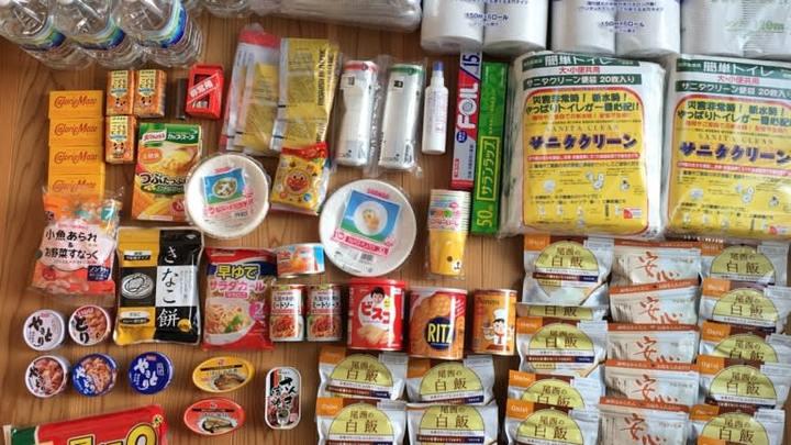 一個家�的部分應急物資,圖自 《日本經濟新聞》