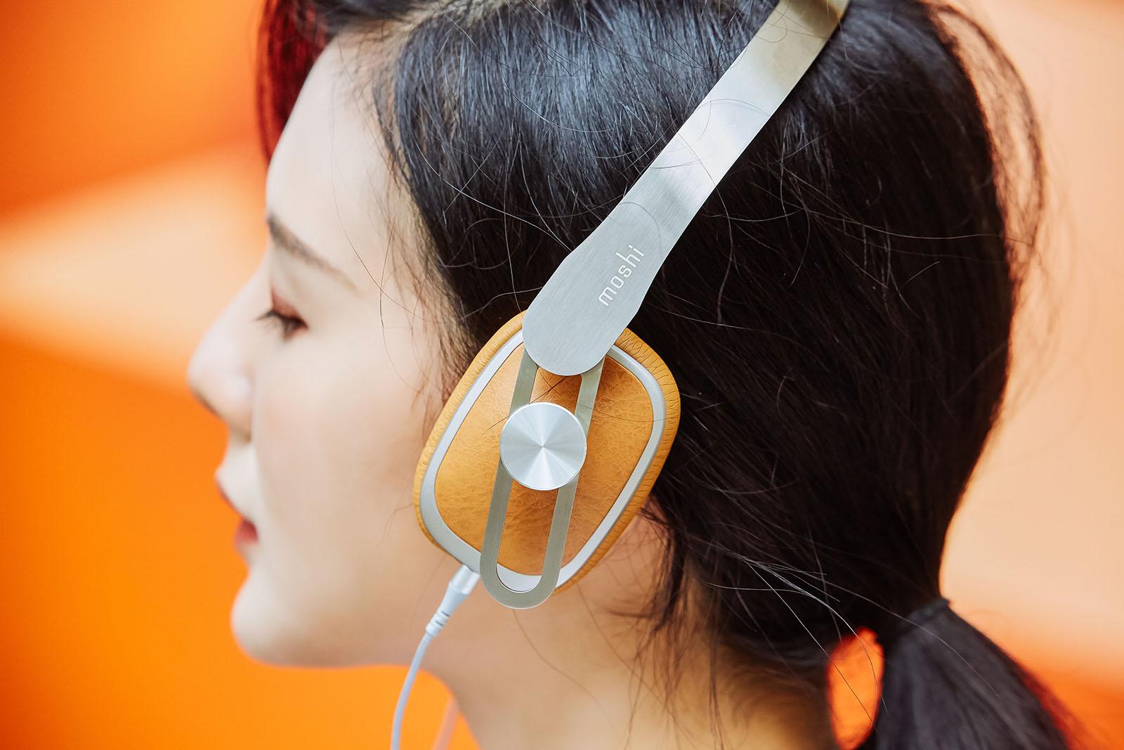 耳罩部份,特別採用相當耐看的環保皮革,該材質也經常在�美時裝上出現,不管是實際佩戴或隨意掛在頸間都能巧妙地為整體造型畫龍點睛。