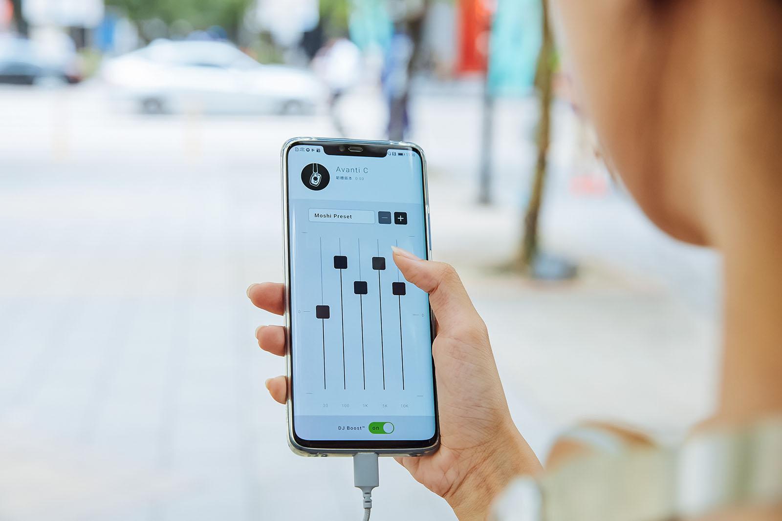 Avanti C 與 Mythro C 都可以透過專屬的「Moshi Digital Audio」App 調校出符合自身喜好的 EQ 音場模式,還可以開啟 DJ Boost 功能進一�優化整體聽感。