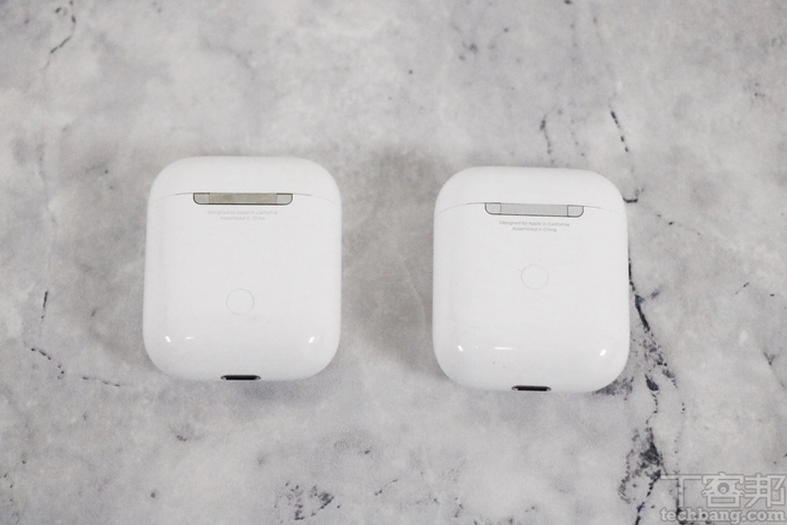 第二背面金屬材質變成「採用霧面磨砂質感」,而普通款則為亮面;第三無線充電盒的配對按鈕被置�,反觀普通款按鈕位置則是偏盒身下方。
