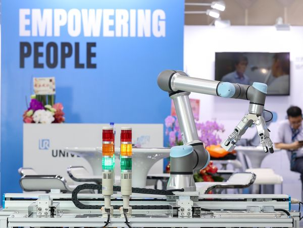 UR5e 協作型機器人結合第七軸多組 CNC 銑床上下料應用