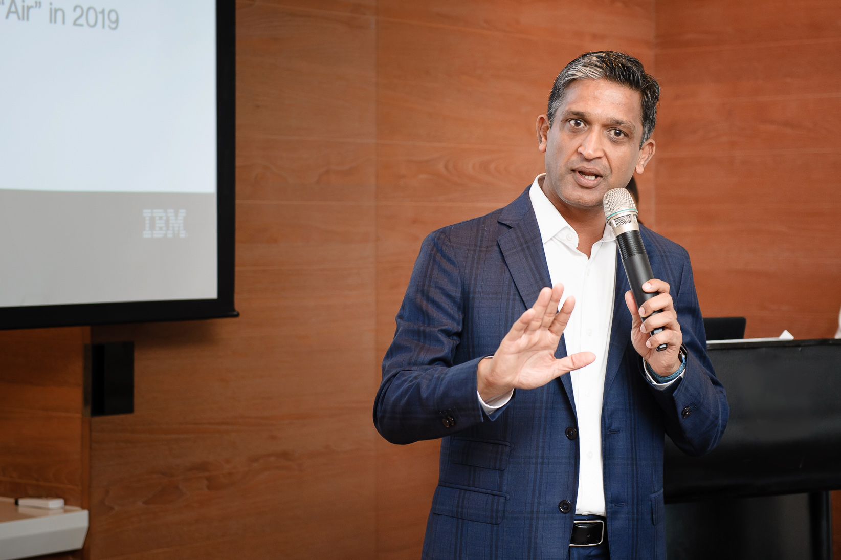 IBM 副總裁暨全球企�諮詢服務事�群DBS首�客戶合夥人Chandra Somani 分享星展銀行攜手IBM佈局「將數位化落實到核心」的轉型�略