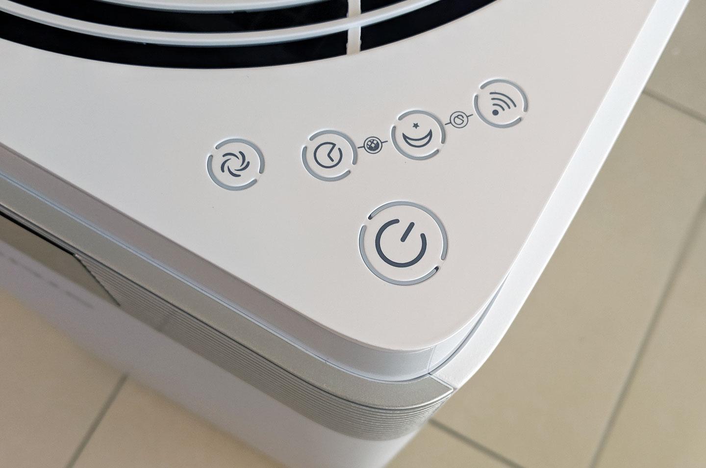 出風口右下,則是機器主要的控制按鈕區,G-Plus Pro 1000 的按鈕採用了觸控式設計,按鈕本身沒有凸起,按鈕外圍還加入了顯示燈號的設計。這裡的按鈕除了最大的電源鈕,由上而下分別為 Wi-Fi 連線、夜間模式、定時與風速切換。