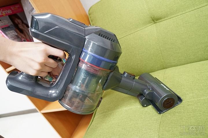 布沙發適合用電動滾刷除螨吸頭清潔,可以把沙發布裡的灰塵、棉絮等髒污吸出。