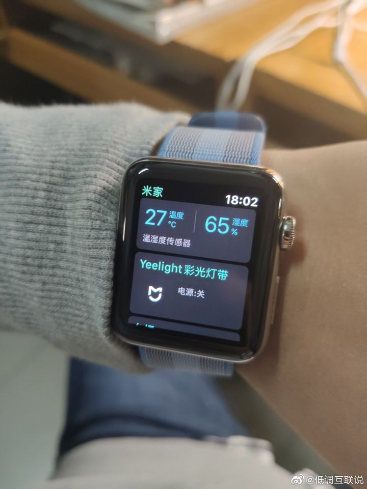 也有人直接拿自己手上的 Apple Watch 安裝米家 App 後,用來嘲諷米家手錶的外型。
