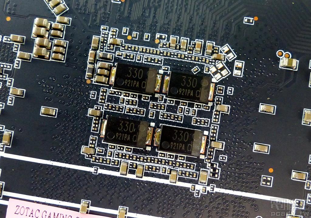 ▲ 顯示繪圖晶片 TU116 相對應的電路板背面,安排 4 顆 Panasonic 導電性高分�鋁電解電容 SP-Cap,單顆容量為 330μf。