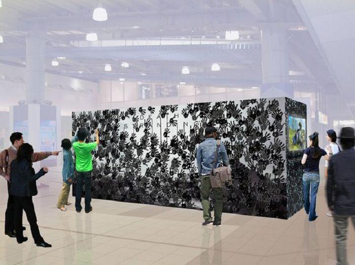 秋葉原車站內的《�亡擱淺》大型看板,要撕開掌印貼紙才能看到隱藏的�母。