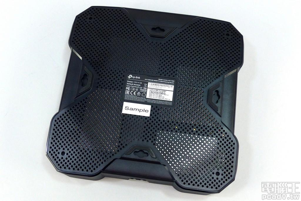 ▲ 機身頂端與底部均開設不少的通風散熱孔,Archer AX11000 網頁管理介面位址、預設登入資訊、預設 Wi-Fi 無線網路 SSID 與密碼均標示於產品標籤貼紙。