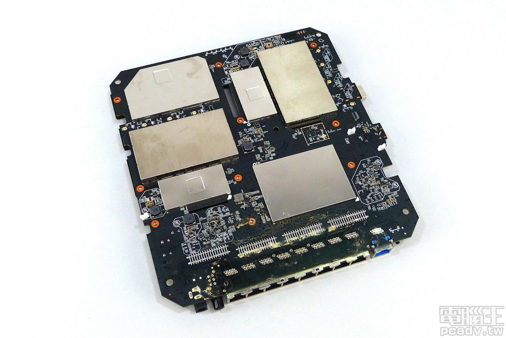 ▲ 3 組無線網路均安排在電路板背面,並利用金屬屏蔽蓋降低射頻干擾。