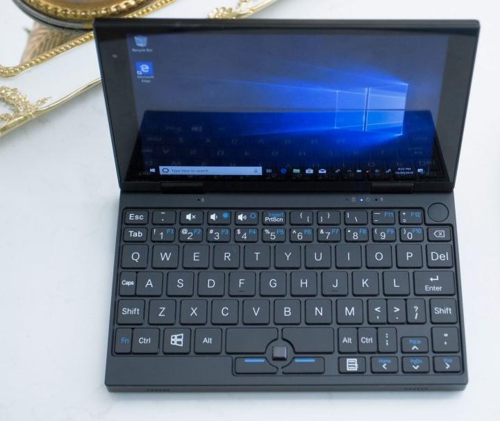 實體鍵盤受限於空間,按鍵配置與標準鍵盤有所差異。