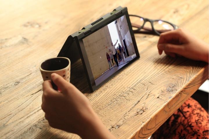 帳篷模式適合能在欣賞影片時派上用場。