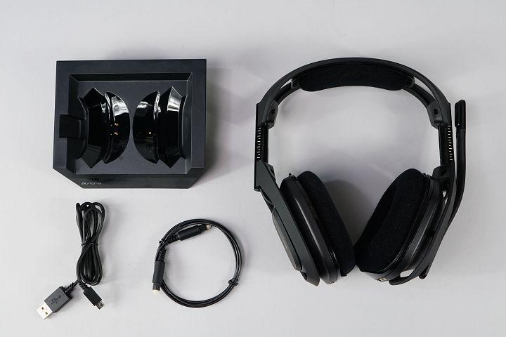 偌大的箱�內除了說明書之外,硬體部分有 A50 耳機、充電底座、USB 傳輸充電線以及光纖音源線。