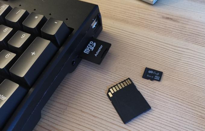 USB 2.0與耳機端�置於鍵盤右側,方便連接滑鼠與耳機。