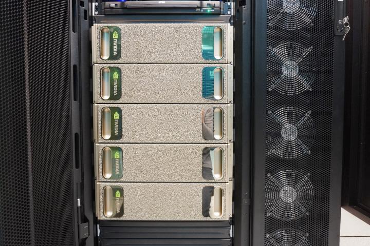5台DGX-1集中於機櫃中,深度學習理論效能達5,000TFLOPS。