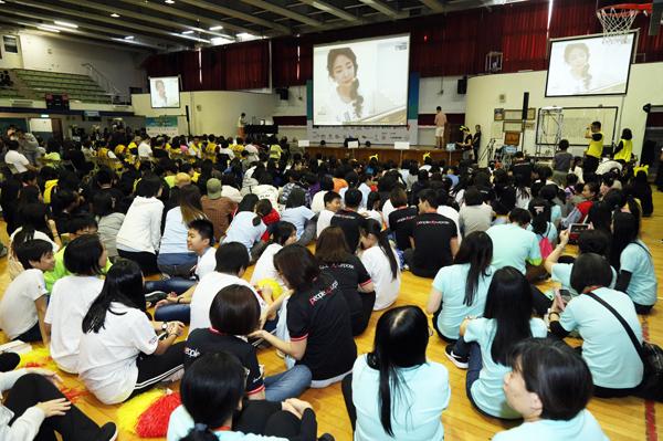 瑤瑤擔任一日視訊志工,大朋友小朋友專心聆聽。