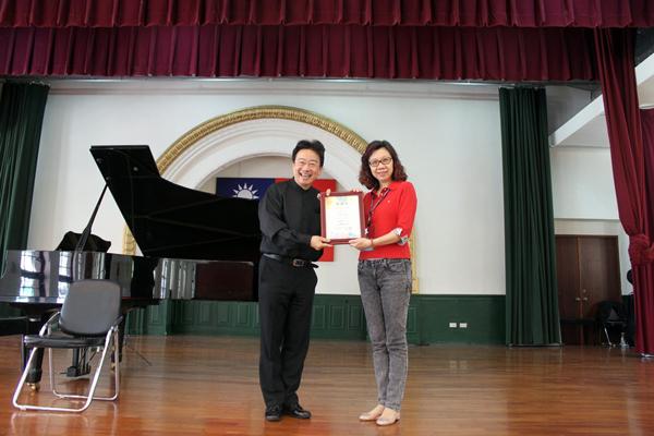 城邦基金會龔汝沁執行長頒發感謝狀給大提琴家張正傑。
