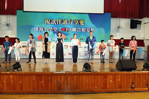 江宏恩和主播群極小朋友們比賽舉旗反應王。