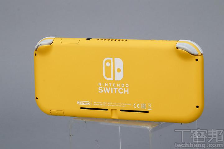 定位於純掌機的 Nintendo Switch Lite 拿掉了原版主機具備的支撐架,所以背面更加平順、簡潔。