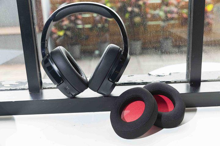 附一組高透氣彈力材質耳罩,可供替換使用。