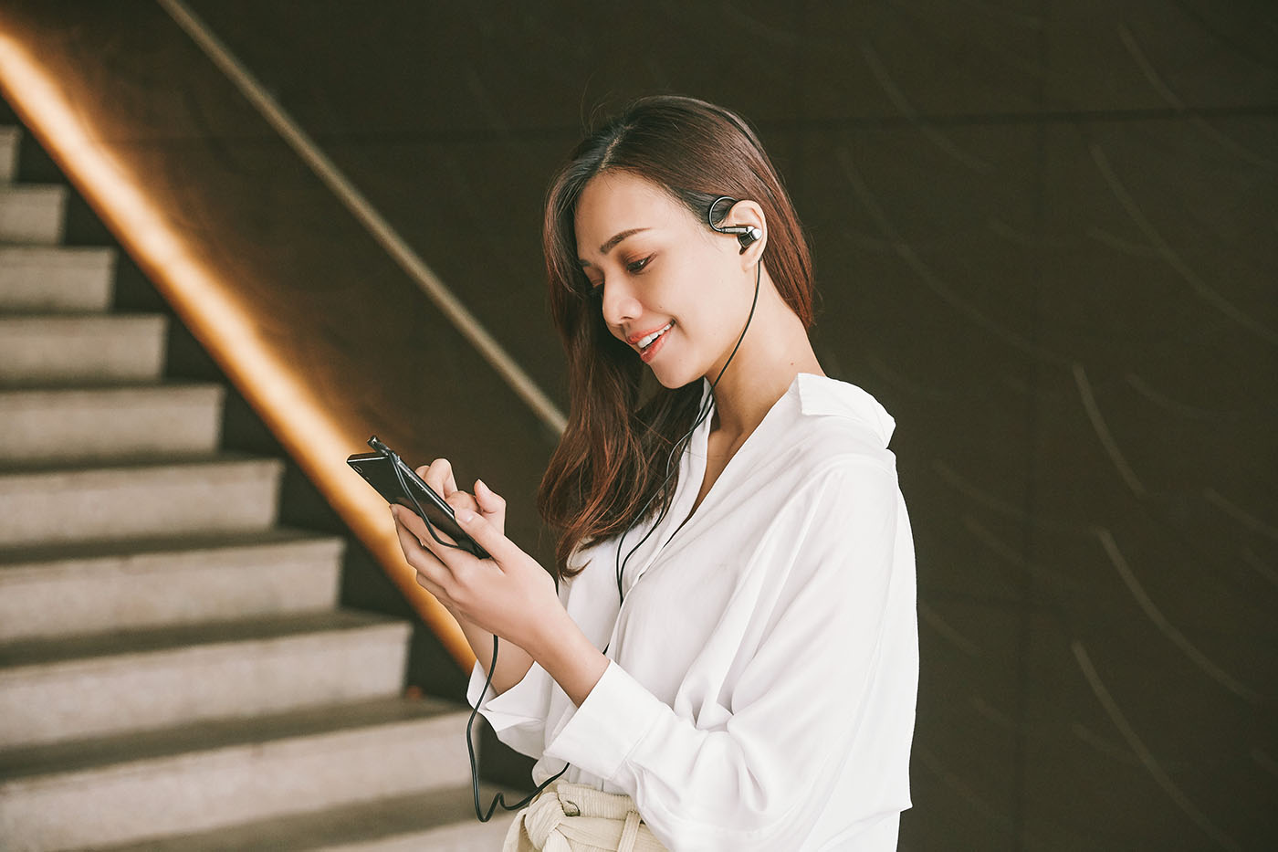 ATH-IEX1 是一款具備 Hi-Res 認�的高解析規格耳機,而內建的混合材質單體也帶來 5Hz〜50Hz 頻率響應表現,效率更高達 102dB/mW,因�即便以線材接駁一般手機的 3.5mm 耳機輸出�來聆聽音樂,也能聽到讓人滿意的聲音表現。