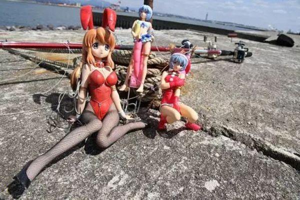 小塚當時的新釣具,她們都被綁到後面長長的�竿上——