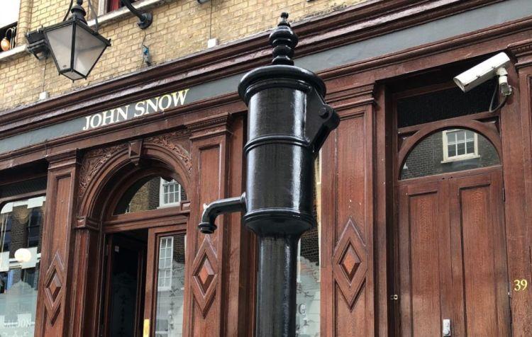 倫敦蘇活區的John Snow酒吧和水泵雕塑