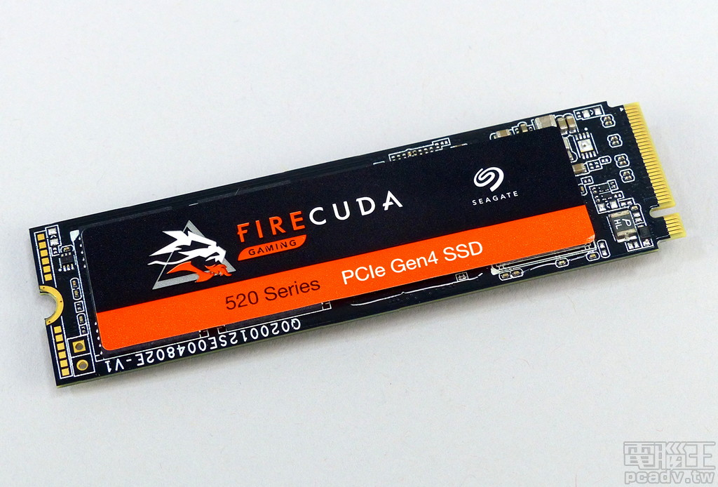 FireCuda 520 電路板為很標準的 Phison �計配置,Seagate 於�面貼上廠牌、型號貼紙。