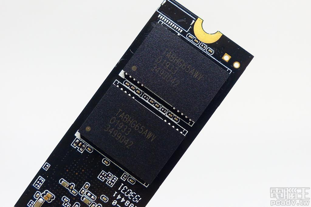 由廠商自行封裝的 TABHG65AWV,內部為 BiCS4 96 層 TLC 紀錄形式快閃記憶體,單顆封裝容量為 512GB。