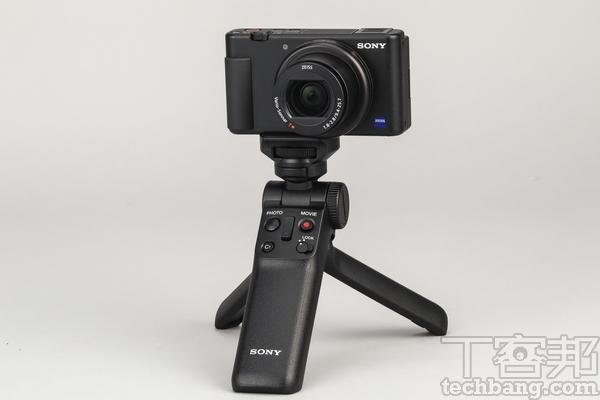 握把套裝組合 ZV-1�配拍攝握把GP-VPT2可以獲得更多拍攝彈性,例如在手持握把自拍或是運鏡時可提供更好的穩定性,同時握把也可張開變為簡易型的三腳架,方便使用者架�相機定點錄影。