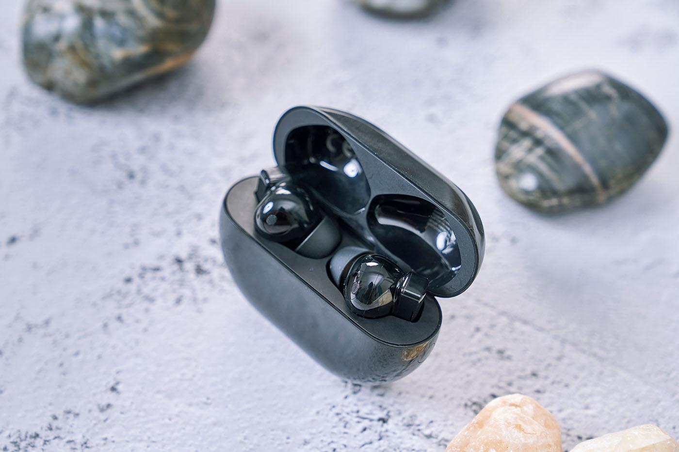打開充電盒外蓋後,可以看到內部放置的FreeBuds Pro 耳機本體,而盒內凹槽形狀能與耳機外型緊密貼合,做工精緻。