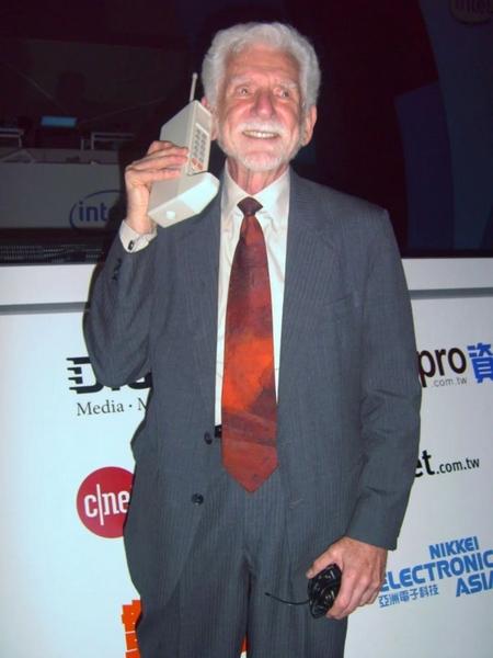 手機的發明者庫帕拿著一個「大哥大」,在一次會議上擺拍。圖/Wikipedia