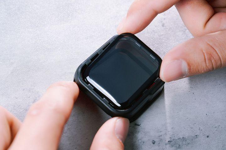 將 3D 壯撞貼取下後,就可以對齊模組的框線,精準的貼在 Apple Watch 上。