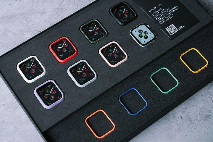目前共有 7 色外框,再加上高達 11 種顏色的飾條,很快也會推出蘋果今年的海軍藍特別色。