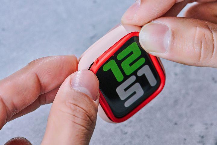 安裝方式十分簡單,卸下錶帶後就可將錶身置入於保護殼內,再將想要搭配的飾條對準卡榫裝上即可。