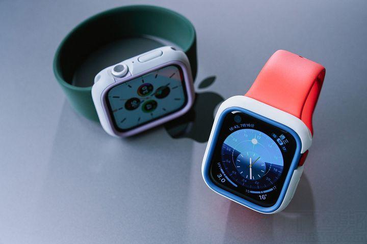 適用所有官方 Apple Watch 錶帶,不管是 38/40mm 或 42/44mm,都沒有問題,且大部分第三方錶帶也都支援。