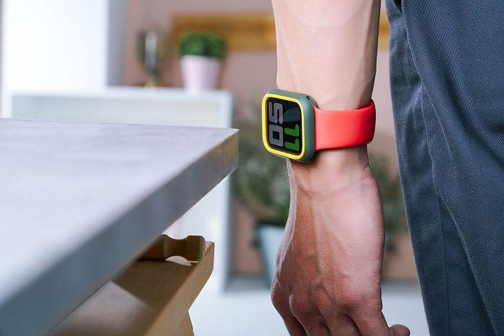 為 Apple Watch 貼上「3D 壯撞貼」後,更強化螢幕的防護力,特別是在螢幕直接受到撞擊的角度下,能更能有效防護,例如行進中撞到桌角。