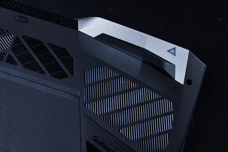 左、右散熱孔處分別設計了一小塊銀色區域,與黑色系的機身形成一種異材質與跳色的美感。