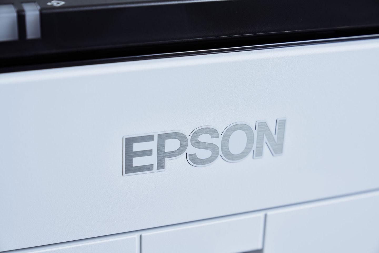 機身正面有一枚銀色金屬髮絲紋的 Epson Logo,低調中展現高質感。