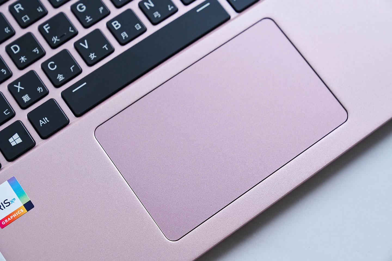 鍵盤下方的觸控板與無鍵式設計。