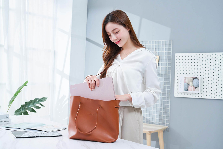 14X pro 的小巧體積也能輕鬆放入隨身的手提包中。