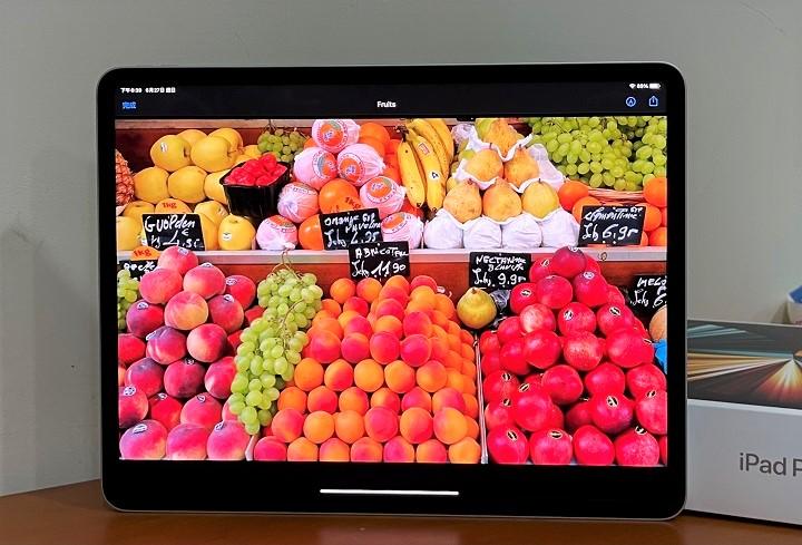 新款 iPad Pro 12.9 吋採用 mini LED 顯示技術,在色彩飽和度、亮度、對比度的表現更佳突出。