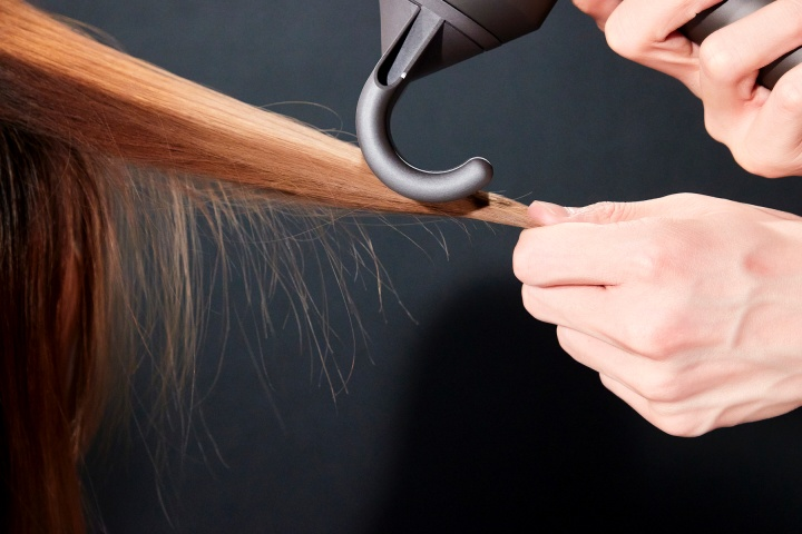 Dyson 表示,全新抗毛躁吹嘴在研發期間面臨的最大挑戰是,讓使用者透過一次性吹整髮束,即能快速撫平頭髮本身的毛躁,讓髮絲呈現自然光澤感,因此,過程中不斷改良與修正,並經歷七次改版,最終成功運用康達效應,以氣流取代高溫,為後續造型打好優質的基礎。