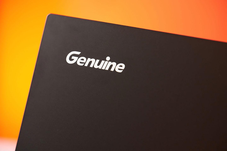 上蓋左上角的 Genuine LOGO 採用亮色搭配。