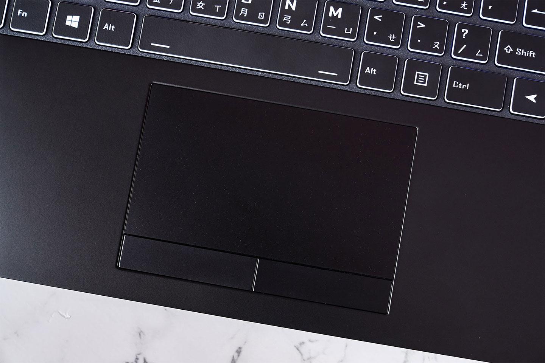 觸控板搭配實體左右鍵,操作相當好上手。